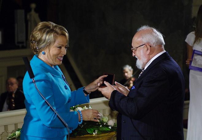 Валентина Матвиенко вручает премию польскому композитору и дирижеру Кшиштофу Пендерецкому, 2006 год