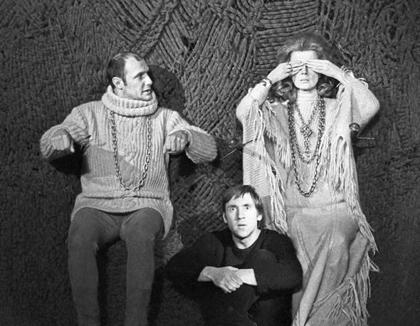 """Спектакль """"Гамлет"""" был впервые поставлен Юрием Любимовым в Театре на Таганке в 1971 году. На фото: актеры Александр Пороховщиков в роли Призрака отца Гамлета, Владимир Высоцкий - в роли Гамлета, Алла Демидова - в роли Гертруды, 1971 год"""