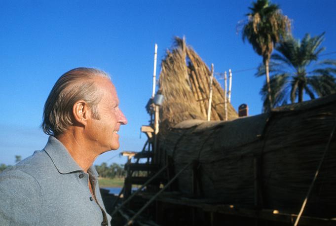 """В 1977-1978 годах Хейердал продолжил эксперименты с судами из тростника. На фото: Тур Хейердал у строящейся лодки """"Тигрис"""", 1977 год"""
