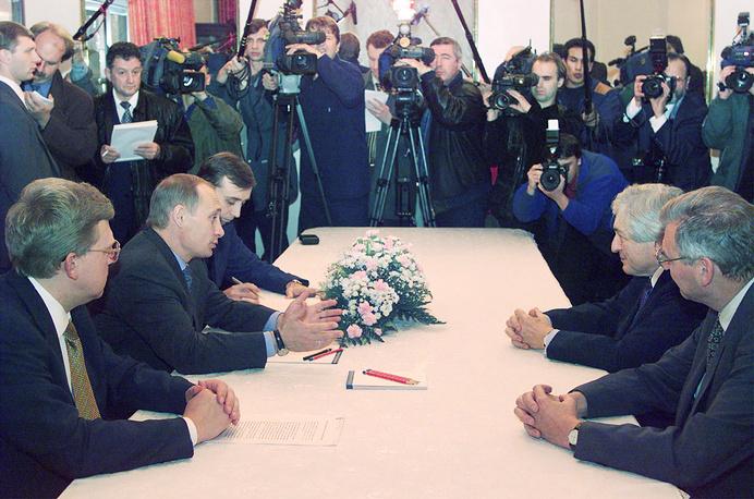 В 2000 году в свой день рождения Путин провел рабочую встречу с президентом Всемирного банка Джеймсом Вулфенсоном (на фото второй справа)