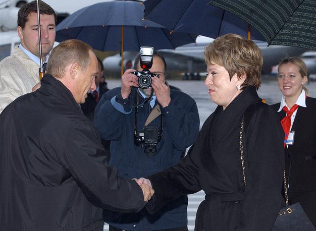 В 2003 году свой день рождения Владимир Путин отметил в Санкт-Петербурге. На фото: избранная губернатором Санкт-Петербурга Валентина Матвиенко встречает в аэропорту президента России Владимира Путина
