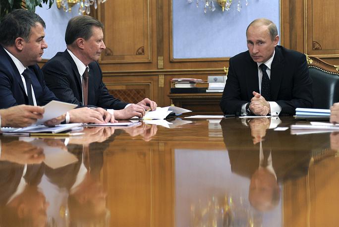 Владимир Путин, вице-премьер Сергей Иванов и министр обороны Анатолий Сердюков во время совещания по вопросам оборонно-промышленного комплекса, 2011 год