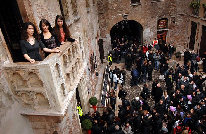 Для поклонников Шекспира, а также туристов, желающих оставить романтическое послание, во дворе дома Джульетты в Вероне установлен почтовый ящик для отправки писем