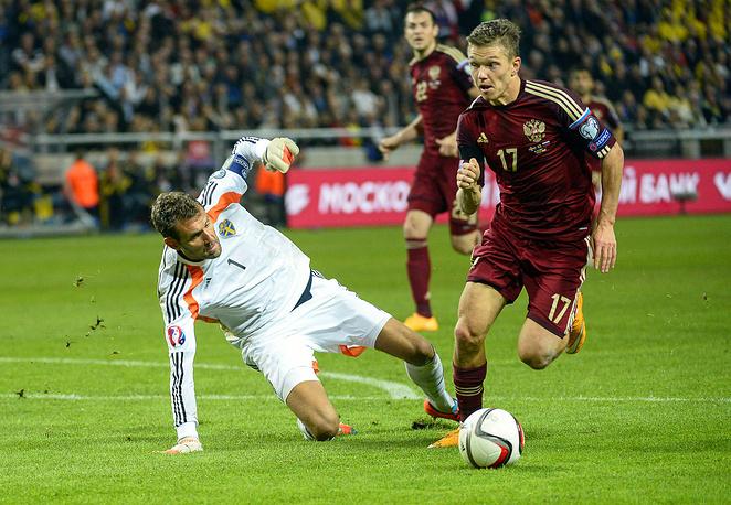 Реальный момент во втором тайме имел Олег Шатов (справа), который не смог поразить пустые ворота сборной Швеции