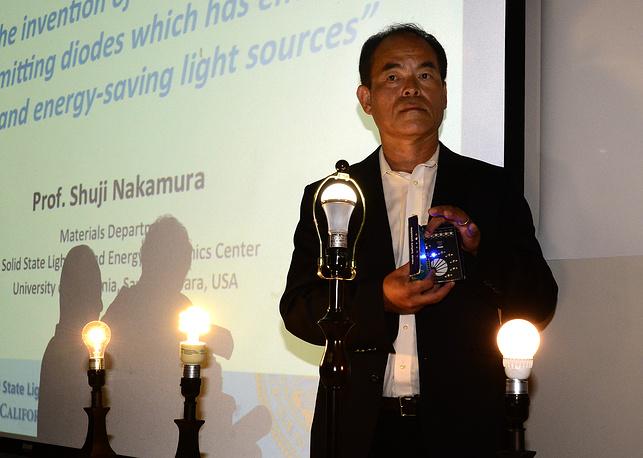 Награда присуждена за изобретение эффективных синих светодиодов, обеспечивающих яркие и энергосберегающие источники белого света. На фото: Сюдзи Накамура в Калифорнийском университете в США в день объявления премии
