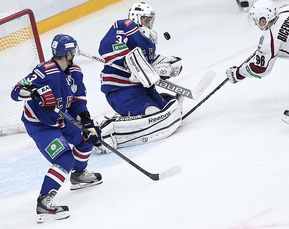 Игрок СКА Динар Хафизуллин и вратарь ХК СКА Евгений Иванников (слева направо)