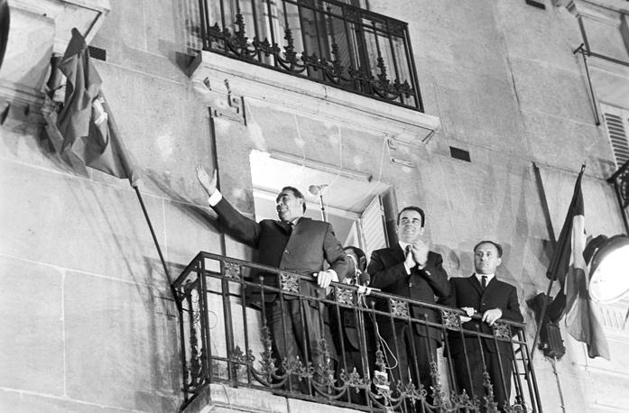 Леонид Брежнев отвечает на приветствия парижан с балкона Музея-квартиры В. И. Ленина на улице Мари-Роз, 1971 год