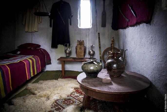 Внутри традиционной жилой башни чеченцев.
