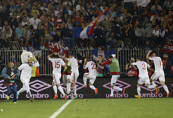 Футболисты сборной Албании спешно покидают поле