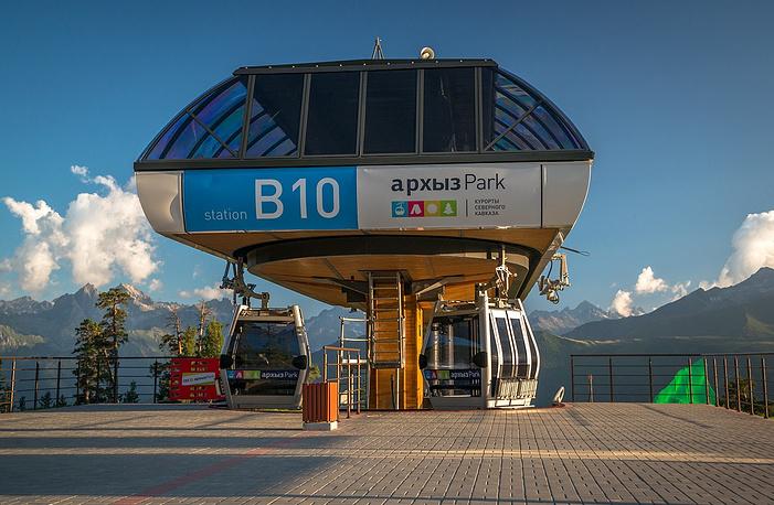 С верхней станции канатной дороги открывается прекрасная панорама Архызского ущелья и Софийского ледника.