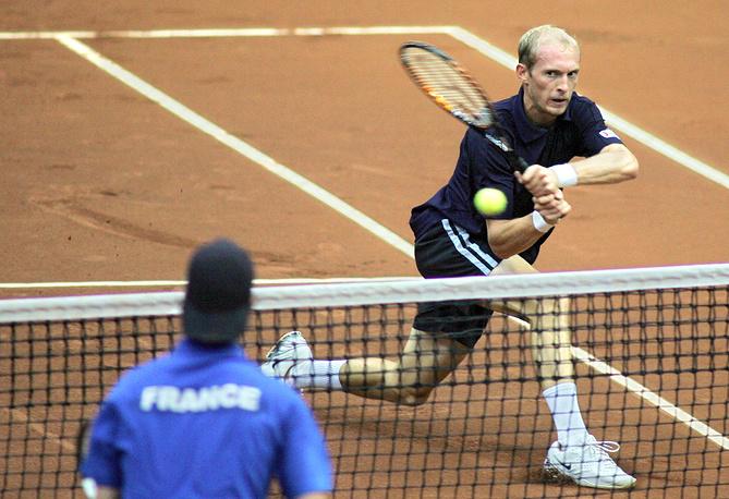 Давыденко (справа) обыграл Ришара Гаске (в синем) в матче 1/4 финала Кубка Дэвиса