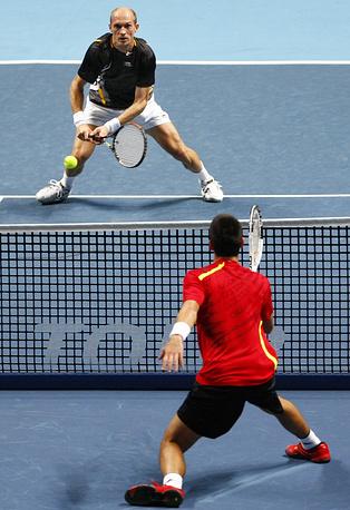Давыденко и Джокович (слева направо) во время первого матча на итоговом турнире Ассоциации теннисистов-профессионалов, 2009 год