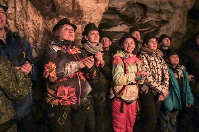Слушатели на концерт в  пещерах Хэтээй