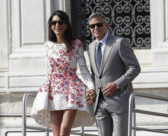 Адвокат Амаль Аламуддин и актер Джордж Клуни после свадебной церемонии в Венеции, 2014 год. На церемонии Аламуддин была в белом кружевном платье от Оскара де ла Ренты