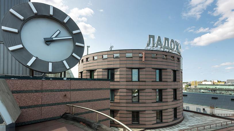 Часы на Ладожском вокзале в Санкт-Петербурге