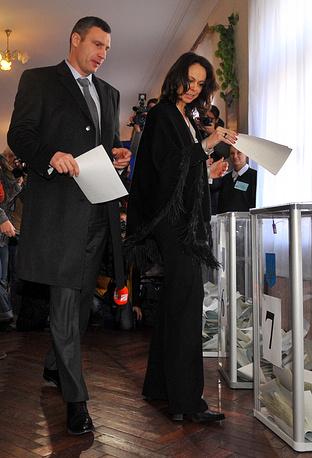Мэр Киева Виталий Кличко с супругой Натальей проголосовал на одном из избирательных участков в Киеве