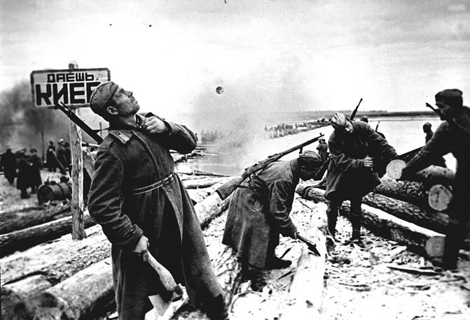 В конце сентября 1943 года войска Воронежского фронта (позже переименован в 1-й Украинский фронт) захватили плацдармы на правом берегу Днепра к северу и югу от Киева и дважды пытались освободить город. На фото: советские саперы наводят переправу через Днепр, 1943 год