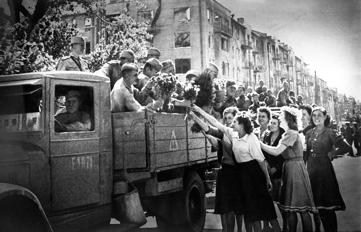 """Операция """"Румянцев"""" закончилась победой Советской армии и окончательным освобождением Харькова. На фото: жители Харькова приветствуют воинов-освободителей, 23 августа 1943 года"""