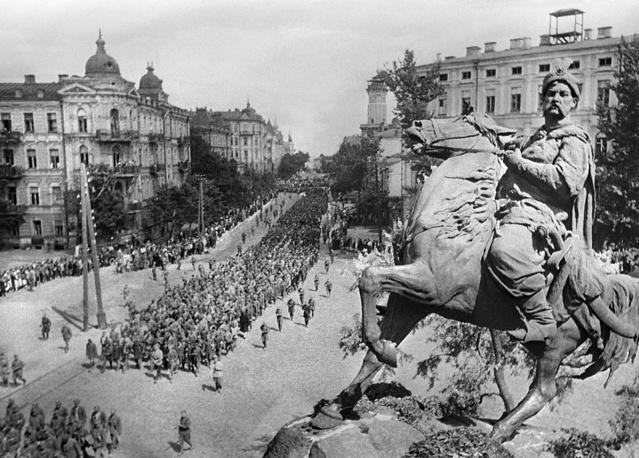 6 ноября 1943 года в ходе Киевской наступательной операции войска 1-го Украинского фронта взяли Киев. 24 декабря 1943 года наступлением четырех Украинских фронтов начались сражения за Правобережную Украину. На фото: колонны пленных немцев на улицах Киева, 1943 год