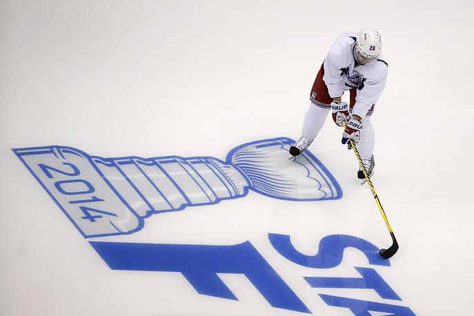 """Форвард """"Нью-Йорк Рейнджерс"""" Мартен Сан-Луи на фоне логотипа Кубка Стэнли перед первым матчем финала с """"Лос-Анджелес Кингз"""" в Лос-Анджелесе, 2014 год"""