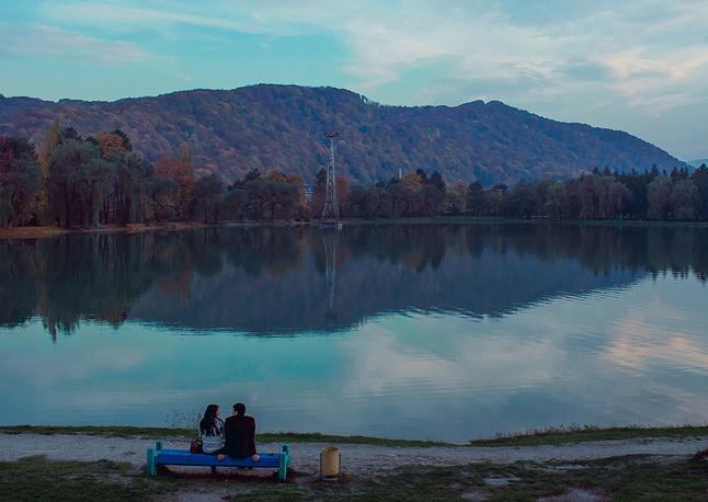 Курортное озеро имеет искусственное происхождение: оно наполняется речной водой по специально отведенному каналу