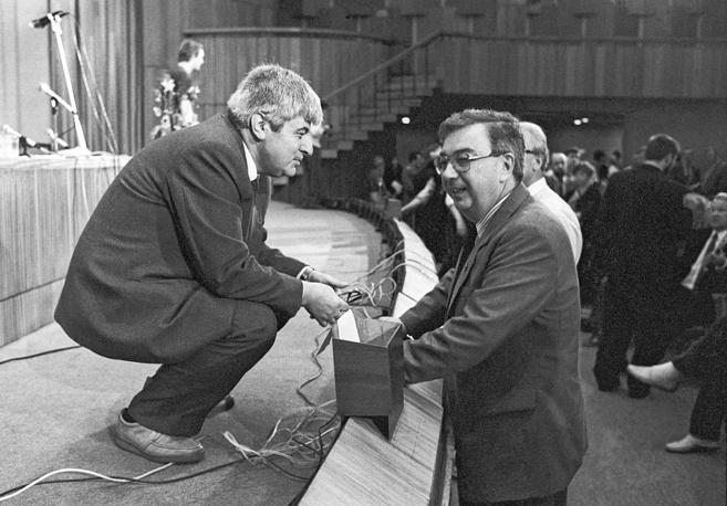 Народный депутат Гавриил Попов и председатель Совета Союза Верховного Совета СССР Евгений Примаков во время перерыва на собрании Межрегиональной депутатской группы, 1989 год