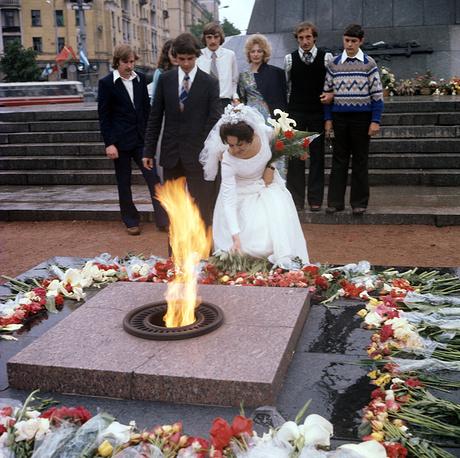 Молодожены возлагают цветы к Вечному огню на площади Победы в Минске, 1977 год