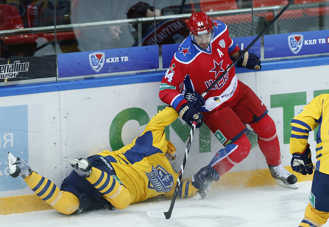 Игрок ЦСКА Евгений Артюхин (справа)