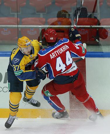Евгений Артюхин (справа) атакует соперника