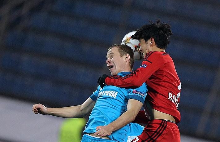 """Защитник """"Зенита"""" Александр Анюков (слева) в борьбе за мяч"""
