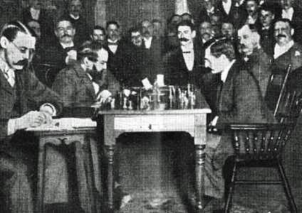 Эмануил Ласкер (1868-1941) стал чемпионом мира в возрасте 25 лет, одержав победу над Стейницем. 27 лет сохранял за собой звание чемпиона мира, что является рекордом. На фото: Вильгельм Стейниц (слева) и Эмануил Ласкер, 1894