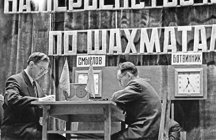 В игре советские гроссмейстеры - седьмой чемпион мира Василий Смыслов (слева) и Михаил Ботвинник, 1958 год