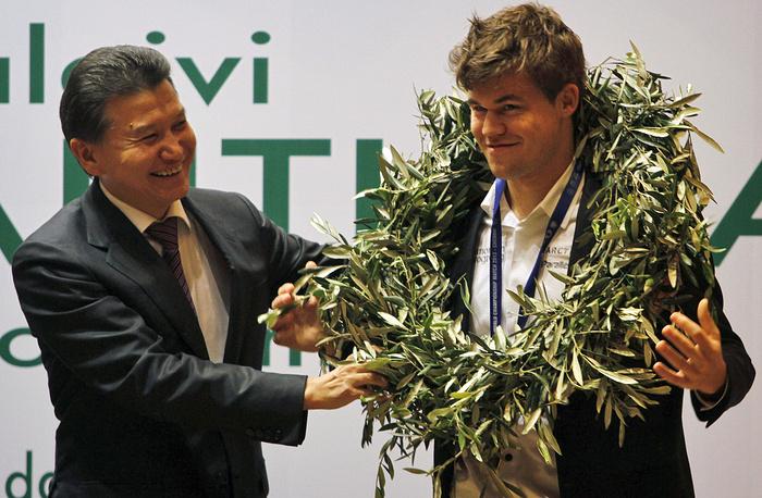 Норвежец Магнус Карлсен - первый в истории шахмат абсолютный чемпион мира (в классических шахматах с 2013 года, с 2014 года в рапиде и блице). Один из самых молодых гроссмейстеров мира, стал им в возрасте 13 лет, 4 месяцев и 27 дней. Также является самым молодым шахматистом, возглавившим рейтинг ФИДЕ (в 19 лет  и 1 месяц).