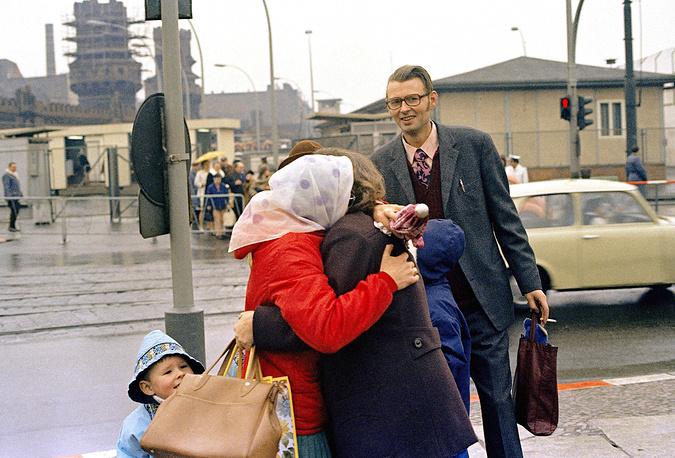 """В 1971 году власти ГДР и Западного Берлина заключили соглашения, которые давали право жителям Западного Берлина на въезд в ГДР несколько раз в год, в том числе по """"семейным мотивам"""". На фото: встреча жителей Восточного и Западного Берлина на контрольно-пропускном пункте во время временного открытия границы, 1972 год"""