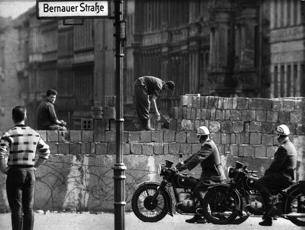До 1961 года граница была открыта. Многие граждане ГДР переселялись на Запад, из-за чего республика несла экономические потери. В августе 1961 года власти ГДР приняли решение закрыть границу. На фото: возведение разделительного барьера на улице Бернауэрштрассе, август  1961 года
