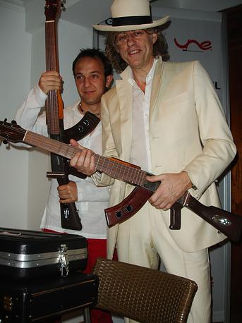 Колумбия. Ирландский музыкант Боб Гелдоф получает в дар от своего колумбийского коллеги Сезара Лопеса эскопетарру - гибрид гитары и винтовки, используемый как символ мира, 29 января 2007 года