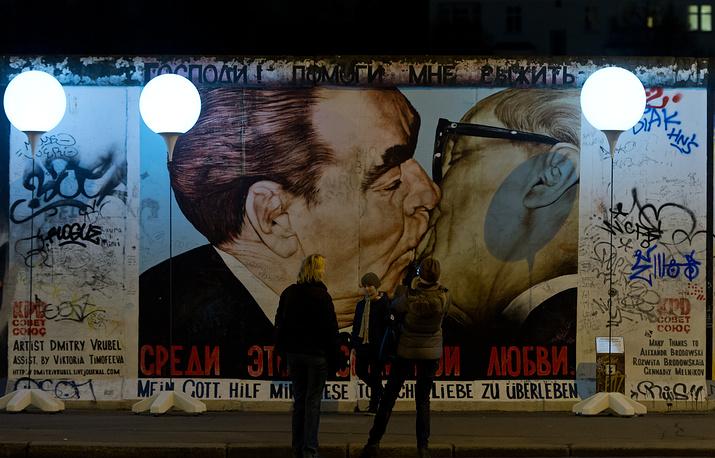 Граффити Дмитрия Врубеля на фрагменте Берлинской стены