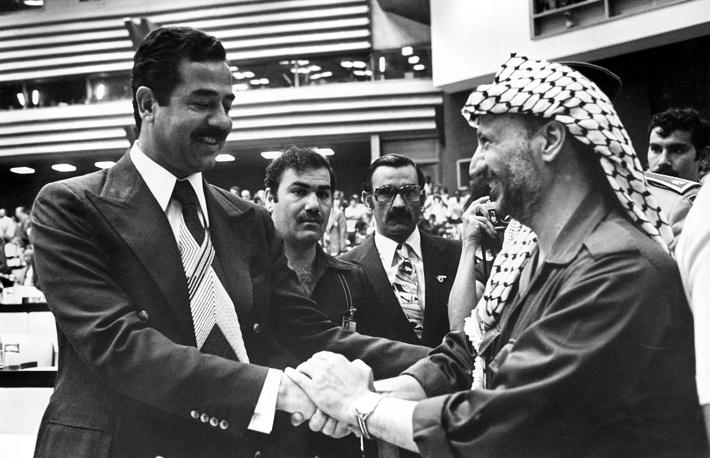 """Арабские лидеры неоднозначно относились к личности Арафата, но все неизменно поддерживали идею """"борьбы палестинцев против израильской агрессии"""". На фото: президент Ирака Саддам Хусейн и Ясир Арафат. Саммит Движения неприсоединения, Куба, 1979 год"""