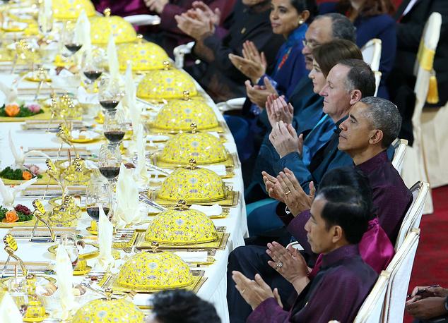 Президент Индонезии Джоко Видодо с женой Ирианой, президент США Барак Обама, премьер-министр Новой Зеландии Джон Кей с женой Бронаг во время торжественного банкета
