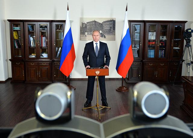 Президент России Владимир Путин в режиме телемоста принимает участие в церемонии запуска второго гидроагрегата Саяно-Шушенской ГЭС