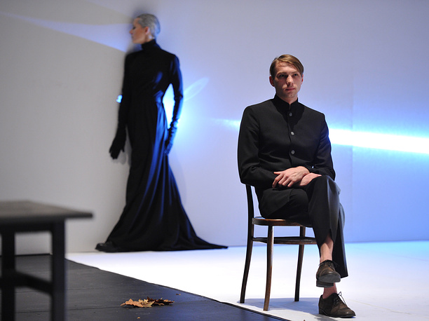 Актер Дмитрий Княжев (Рахметов) в сцене из спектакля