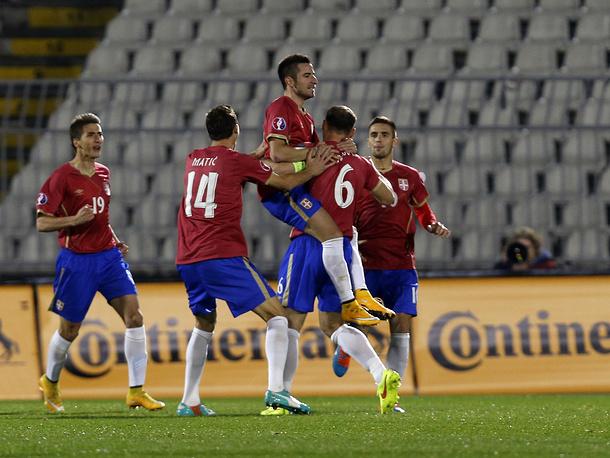 Не помог сербам даже гол полузащитника московского ЦСКА Зорана Тошича (в центре) - они уступили со счетом 1:3.