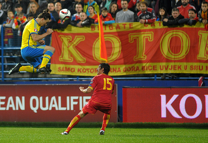Сборная Швеции, несмотря на гол своего лидера Златана Ибрагимовича (в прыжке) в начале игры, не смогла обыграть черногорцев. Балканцы на 80-й минуте реализовали пенальти, который, по мнению главного тренера скандинавов Эрика Хамрена, был назначен ошибочно.