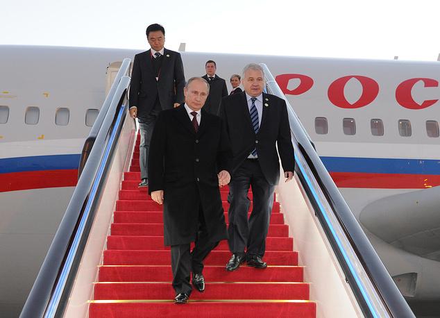 Президент РФ Владимир Путин и посол России в КНР Андрей Денисов во время встречи в аэропорту Шоуду в Пекине, 9 ноября