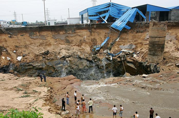 Провал затопленной угольной шахты в уезде Синьтай провинции Шаньдун, КНР. 2007 год