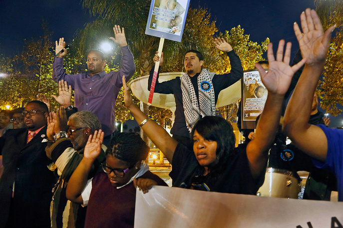 В Лос-Анджелесе и Окленде участники акции заблокировали скоростные трассы. На фото: протестующие на площади Лаймерт-парк в Лос-Анджелесе