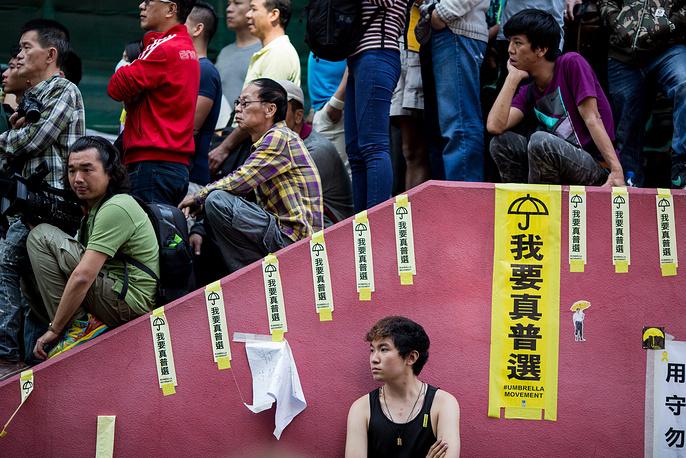 Выступления активистов продолжаются почти два месяца. Демонстранты требуют от Пекина отменить ограничения на выборах главы администрации Гонконга 2017 года, обеспечить их свободный и всенародный характер