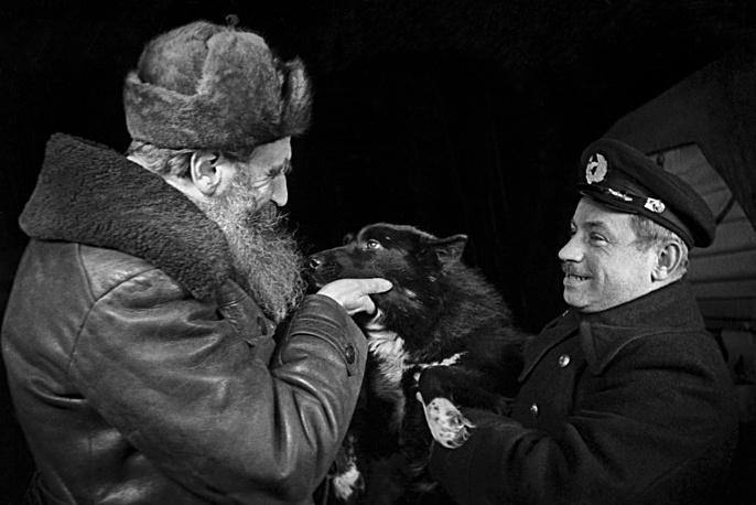 """План воздушной экспедиции на Северный полюс и основания там станции еще в 1936 году изложил исследователь Отто Шмидт. На фото Шмидт и Папанин на ледоколе """"Ермак"""", 1938 год"""