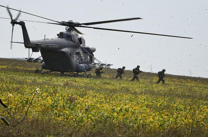 """Вертолеты Ми-8 могут использоваться для спасательных операций, оснащаться вооружением, перевозить войсковые подразделения, а также грузы внутри кабины и на внешней подвеске. Стратегические командно-штабные учения """"Восток-2014"""",  сентябрь 2014 года"""