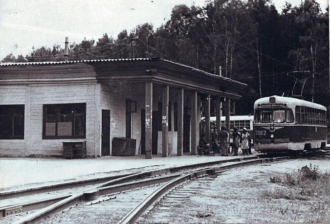 С конца 70-х годов развитие трамвайной сети затормозилось. Доля перевозимых трамваями пассажиров стала уменьшаться с 1985 года, когда начала работу первая линия новосибирского метро